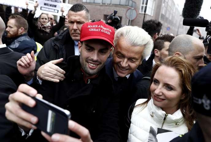 A Spijkenisse, près de Rotterdam, le 18 février. Le sympathisant, qui pose avec Geert Wilders, porte la casquette emblématique des partisans de Donald Trump.