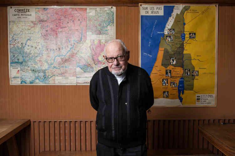 Le père Bertrand Rougon, 81 ans, dans la salle de rencontres du presbytère, qui restera destinée aux paroissiens. La famille soudanaise occupera le reste du bâtiment, mis à sa disposition par l'évêché. Derrière lui, une carte de la Corrèze (gauche), et une carte de la Palestine (droite).