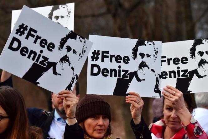 Manifestation de soutien au journaliste Deniz Yücel devant l'ambassade de Turquie en Allemagne, à Berlin, mardi 28février 2016.
