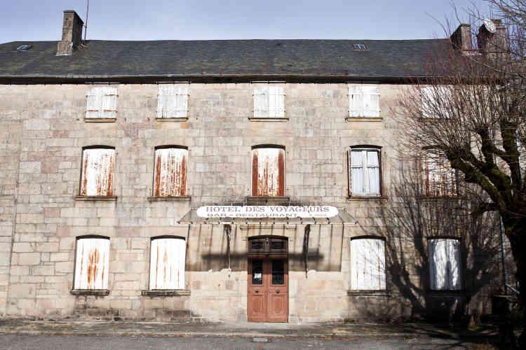 L'hôtel des voyageurs, situé au centre du village, est à présent fermé. D'autres commerces ont baissé leur rideau ces dernières années, comme la boucherie du village.