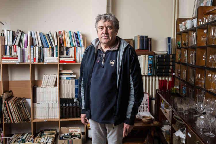 Jean-Luc Grand, habitant de Bugeat, paroissien et bénévole. Ici, dans la boutique du Secours populaire, située sur la D979 traversant le village et assurant la liaison entre Clermont-Ferrand et Limoges.