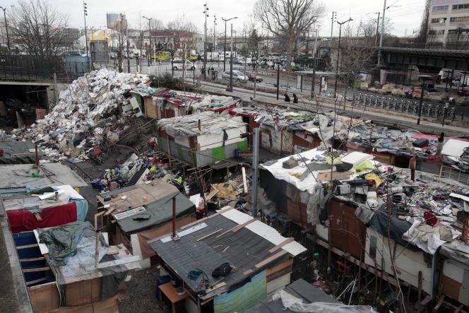 Vue du campement de Roms situé porte de la Chapelle après son évacuation, le 28 février.