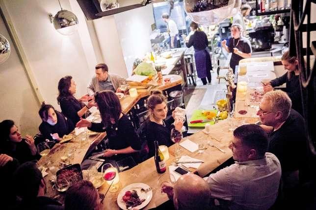 Cuisine ouverte et tables en« U» à l'Abraxas North.