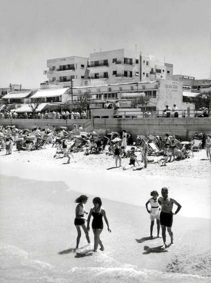 Bord de mer à Tel-Aviv, en 1958.