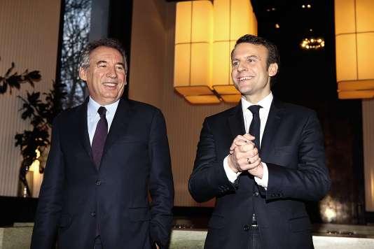 François Bayrou et Emmanuel Macron, le 23 février 2017, après l'annonce de leur alliance. Un attelage qui fait office de challenger derrière Marine Le Pen.