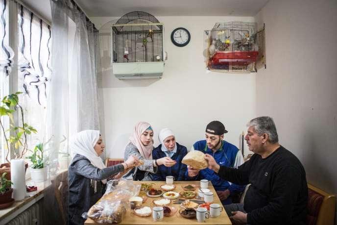 La famille syrienne Abou Rashed, dans son appartement de Lüneburg, en Allemagne, que va suivre «Der Spiegel»durant dix-huit mois pour le projet« The new arrivals» avec «Le Monde».