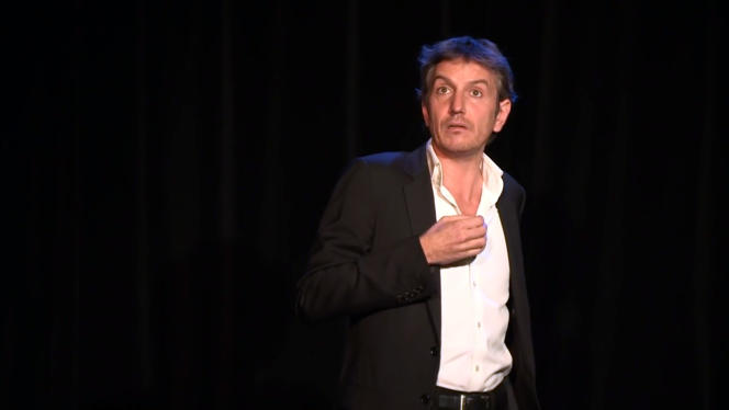 Saisie d'écran de la vidéo de promotion montrant le comédien Olivier Sauton dans son spectacle «Fabrice Luchini et moi» en 2016.