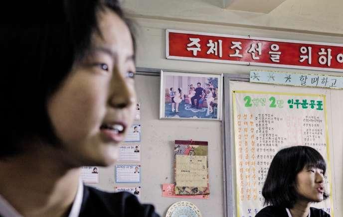 Gérés par une association proche du régime de Pyongyang, les écoles coréennes du Japon (ici un collège à Osaka) ne reçoivent plus de subventions publiques depuis 2013. Au mur, une photo de Kim Jong-il, le père de l'actuel dictateur de la Corée du Nord.