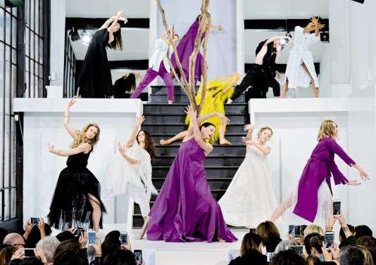 Le créateur libanaisRabih Kayrouz a fait appel à la danseuse étoile Marie-Agnès Gillot (au centre) pour sondéfilé printemps-été 2017.