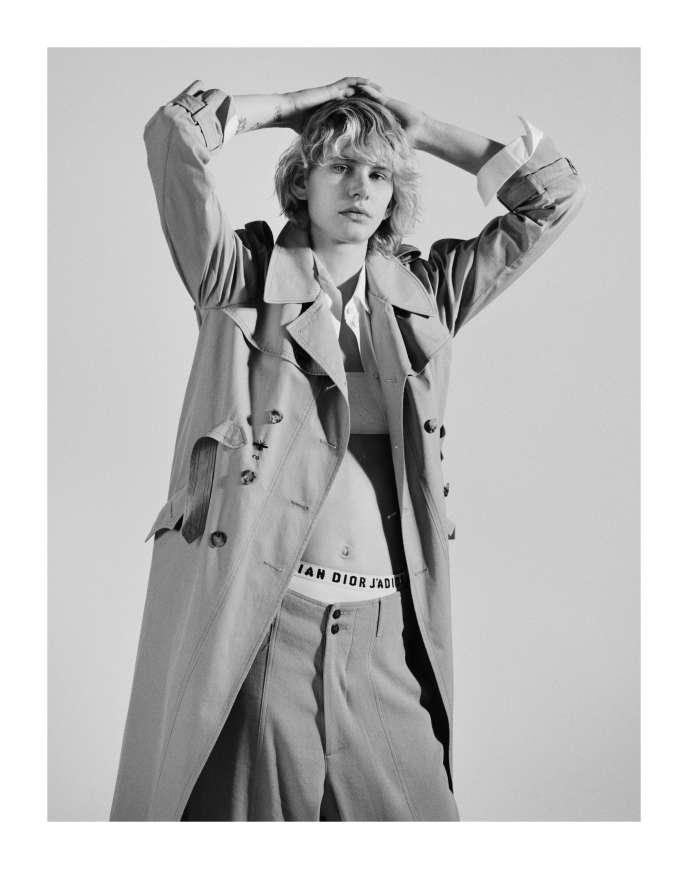 Chemise en popeline de coton, Valentino. Lingerie en coton et trench de coton, Dior.Pantalon en organza de soie imprimé, Giorgio Armani.