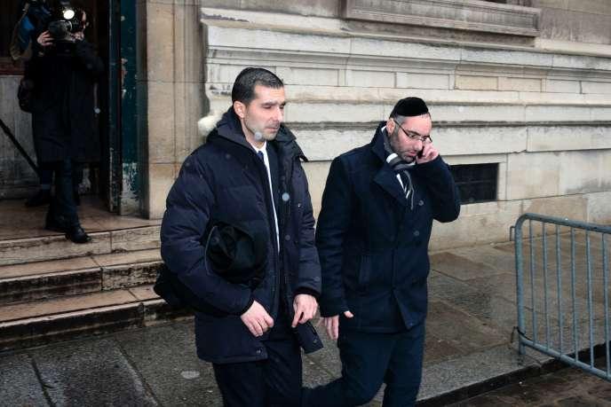 Benjamin Amsellem (à dr.), accompagné de son avocat Me Fabrice Labi, sort du palais de justice de Paris, le 1er mars.