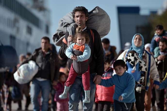 En février 2016, des milliers de réfugiés sont arrivés des îles grecques de Lesbos et Chios au port du Pirée, près d'Athènes.