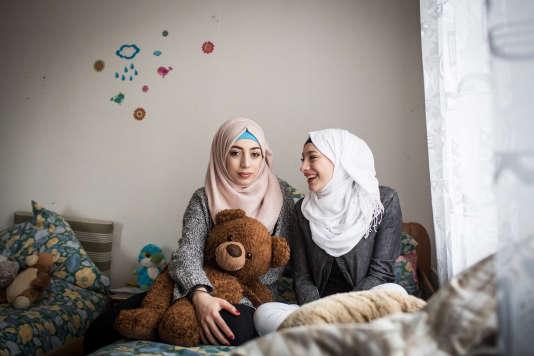 Sana et Ghena, deux soeurs de la famille Abou Rached qui a fui Damas et la guerre pour se retrouver à Lüneburg, dans le nord de l'Allemagne.
