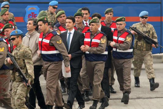 Arrivée sous escorte des accusés au tribunal de Mugla, en Turquie, le 20 février.