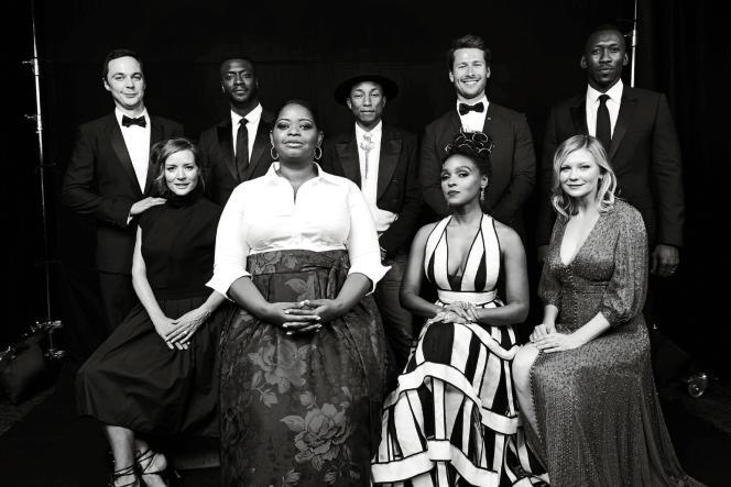 Pharrell Williams et une partie de l'équipe du film«Les Figures de l'ombre»(debout, de gaucheà droite, Jim Parsons, Aldis Hodge, Pharrell Williams, Glen Powell, Mahershala Ali ; assises, de gaucheà droite, Kimberly Quinn, OctaviaSpencer, Janelle Monáe et Kirsten Dunst).