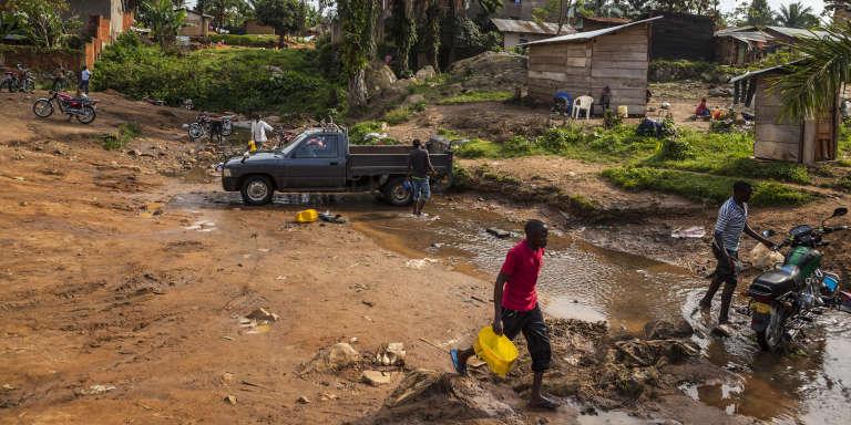 Des habitants de Beni, à l'est de la République démocratique du Congo (RDC), nettoient leur véhicule.