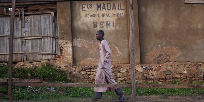 Un jeune musulman marche devant un centre islamique à Beni, à l'est de la République démocratique du Congo (RDC).