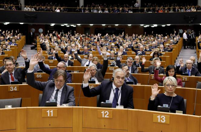 Les députés du Parlement européen votent la décision de lever l'immunité parlementaire, à Bruxelles le 2 mars.