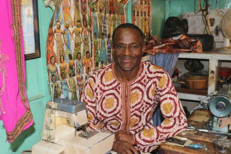 Patrick Nji, 54 ans, le père de Collins, dans son atelier de couture.