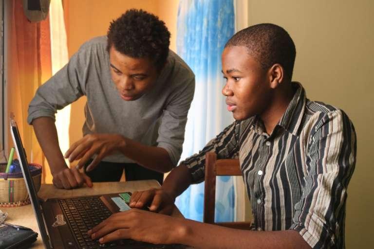 Collins Nji, tout juste 18 ans, premier Africain lauréat du concours Google Code et son mentor Wisdom, qui lui a appris à coder.