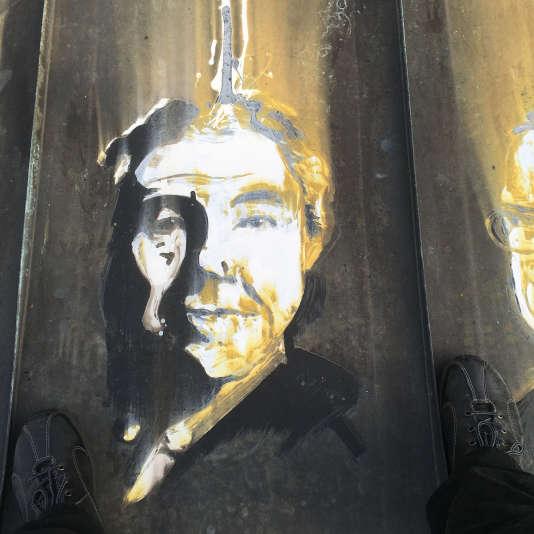 La pensée du philosophe-sociologue continue d'inspirer (ici, portrait réalisé en 1999avec de l'acide chlorhydrique sur un toit en cuivre).