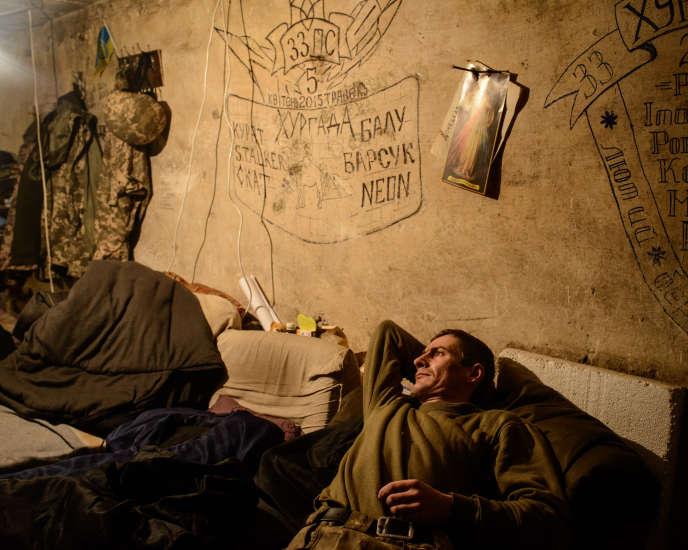 Un soldat ukrainien se repose dans la base aérienne Zenit, près d'Avdiivka.