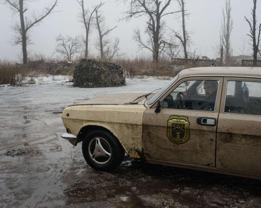 Une voiture, sur la base de l'ancienne base militaire aérienne Zenit. La base est devenue l'une des positions de l'armée sur la première ligne de front à Avdiivka, en face du village Spartak.