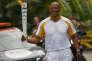 Frankie Fredericks portant la flamme olympique, au Brésil, le 30 juillet 2016.