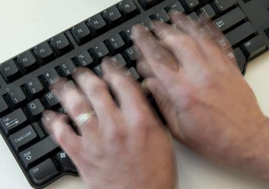 «Internaute énervé réagissant à un article», allégorie.