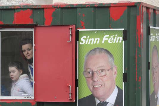 Une affiche de campagne du Sinn Fein, parti républicain nationaliste, lors des élections pour l'Assemblée d'Irlande du Nord, à Brookeborough, le 2mars.