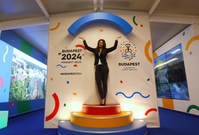 Une hôtesse assurant la promotion de la candidature de Budapest aux Jeux olympiques de 2024, dans la capitale hongroise, le 31 janvier 2024.
