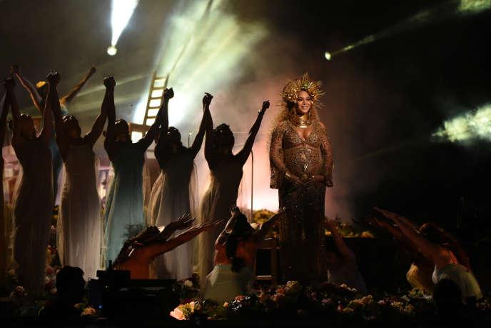 Les icônes des nouvelles féministes s'appellent Sheryl Sandberg (numéro deux de Facebook), Beyoncé et Malala (jeune Pakistanaise Prix Nobel de la paix). Ci-dessus, Beyoncé, enceinte et sur scène, lors des 59e Grammy music Awards, le 12 février 2017 à Los Angeles.