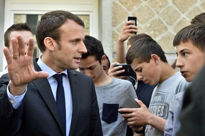 Emmanuel Macron, en visite à Egletons (Corrèze), le 21 mai 2016.
