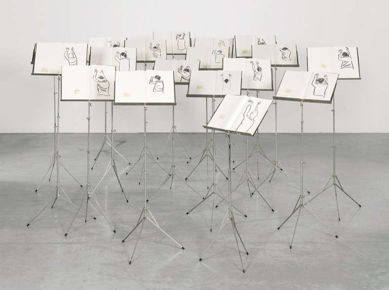 «Cette installation reflète la relation entre le dirigeant et les dirigés, le chef d'orchestre et les musiciens. Les dessins d'Abdessemed, rapides et solides, sont l'articulation des gestes et mouvements du chef d'orchestre, dont - pour une fois - le spectateur de l'oeuvre peut prend la place».