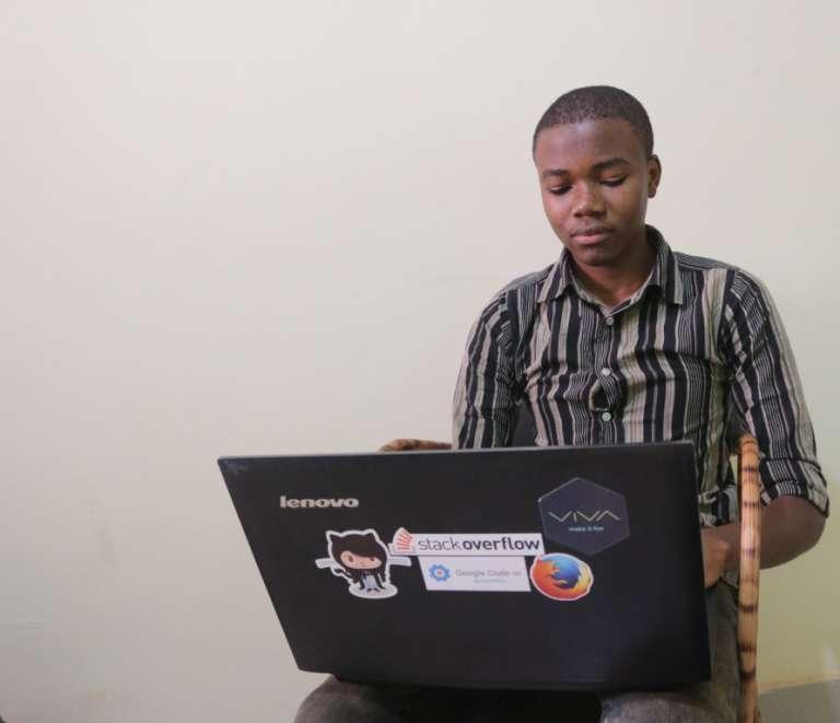 Collins, tout juste 18 ans, avec le vieux Lenovo B515 que son père a fini par lui confier et qui lui a permis d'être l'un des lauréats du concours Google Code 2016.