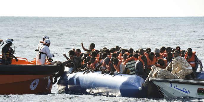Opération de secours de migrants au large de la Libye en route vers l'Italie en novembre 2016.