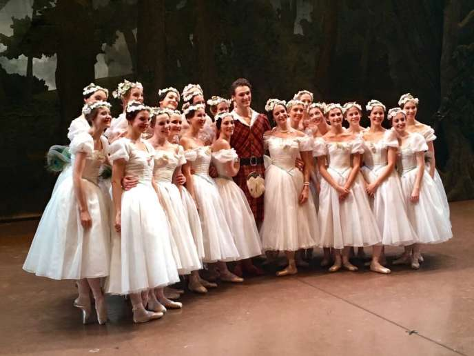Le danseur Hugo Marchand à Tokyo après sa nomination le 3 mars avec les danseuses de «La Sylphide».