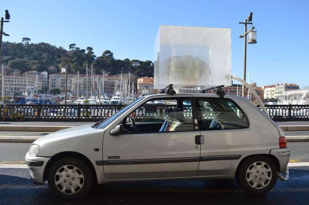 """«En 1970, Gustav Metzger fait circuler dans Londres une voiture """"arrangée"""". Un grand cube transparent contenant des plantes vertes est fixé sur le toit du véhicule et directement raccordé à son pot d'échappement. Les végétaux sont ainsi asphyxiés par les émanations de gaz polluants.»"""