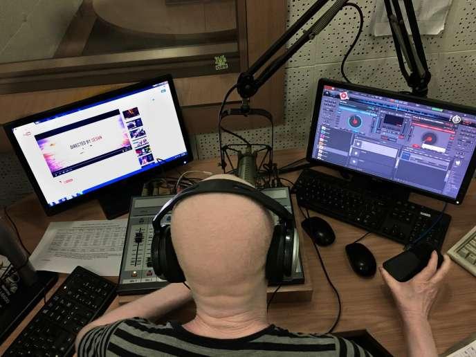 Ian Simbota dans le studio de la Malawi Broadcast Channel 1 (MBC1), la radio publique du pays.