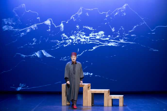 Fellag dans son spectacle« Bled Runner» au Théâtre du Rond-Point à Paris.