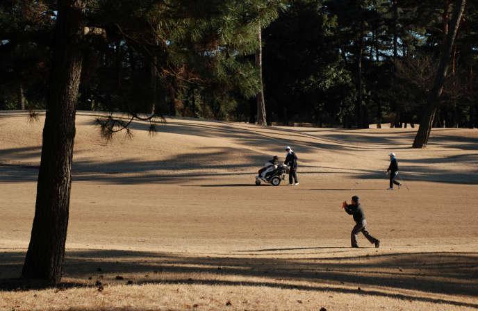 Des joueurs de golf s'exerçant au Kasumigaseki Country Club de Kawagoe, dans la préfecture de Saitama, au Japon, le 25 janvier 2017.