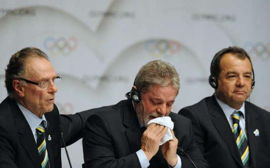Brazilian president Luiz Inacio Lula da Silva (center), with the governor of the State of Rio de Janeiro Sergio Cabral (right) and president of Rio 2016 bid committee, Carlos Arthur Nuzman, on October 2, 2009, in Copenhagen.