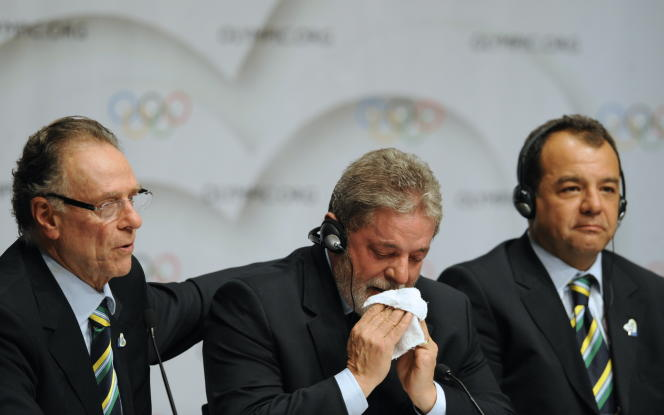 Brazilian president Luiz Inacio Lula da Silva (center), with the governor of the State of Rio de Janeiro Sergio Cabral (right) and president of Rio 2016 bid committee, Carlos Arthur Nuzman, on October 2, 2009, in Copenhagen.