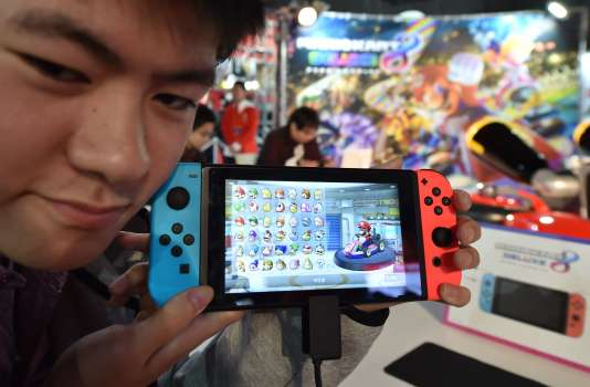 Un joueur découvrant la Nintendo Switch en janvier 2017 à Tokyo.