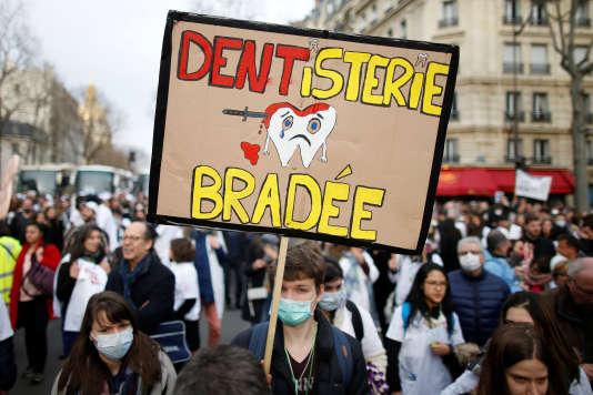 Les dentistes ont manifesté place Vauban, dans le 7earrondissement de Paris, le 3mars.