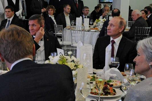 L'ancien conseiller de Donald Trump Michael Flynn (à gauche), à côté du président russe, Vladimir Poutine (à droite), lors d'un dîner de gala donné par la chaîne de télévision Russia Today, le 10 décembre 2015 à Moscou.