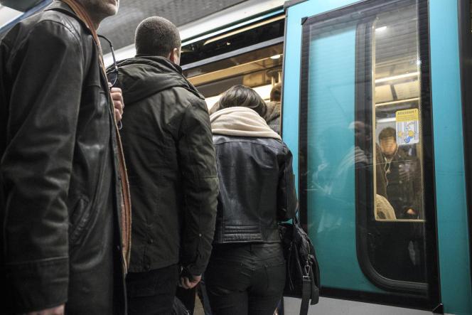 Une équipe de la Blast (Brigade de lutte contre les atteintes à la sécurité dans les transports) dans le métro parisien le 15 février.