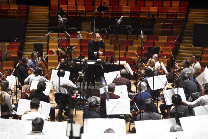Alexandre Desplat pendant l'enregistrement de la bande originale de « Valerian» avec l'orchestre national et le choeur de Radio France à Paris le 24 février.