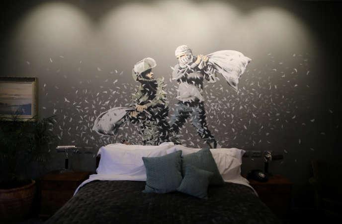 Une oeuvre de l'artiste Banksy sur un des murs d'une chambre de l'hôtel « Walled Off», qui montre un soldat israélien et un jeune Palestinien en pleine bataille de polochons.
