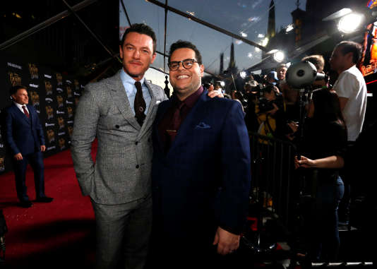 Luke Evans (à gauche), qui incarne Gaston, objet de l'admiration de Lefou, joué par Josh Gad, lors de la première du film « La Belle et la Bête» à Los Angeles, le 2 février.